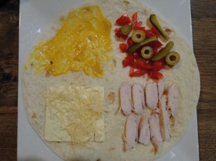 fromage à sandwich, sauce moutarde, tomates, olives, cornichons, blanc de poulet