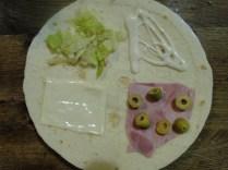 fromage à sandwich, salade, sauce, jambon et olives
