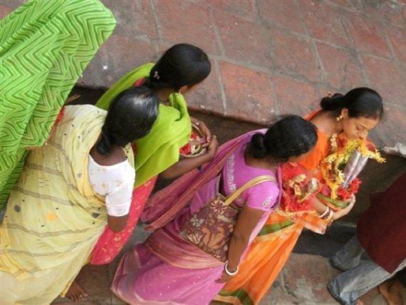 femmes en sari - Inde - visite du temple de Kali vers Kolkata © par Fanny GRW - Recettes d'ici et d'ailleurs