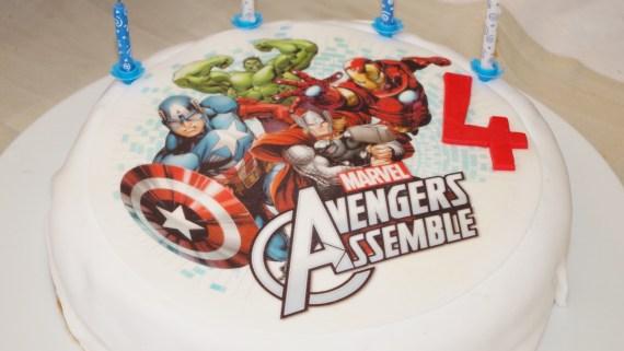 Décoration d'un gâteau avec un disque azyme (thème MARVEL Avengers) - Pâtisserie maison © par Fanny GRW - Recettes d'ici et d'ailleurs