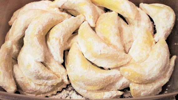 Cornes de gazelle aux amandes et noisettes - Cuisine du Moyent-orient © Balico & co