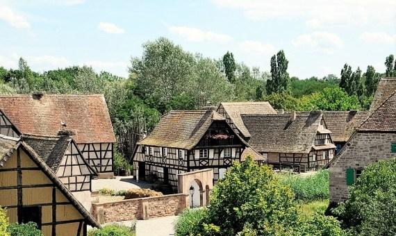 image d'un écomusée en Alsace avecdes maisons traditionnelles