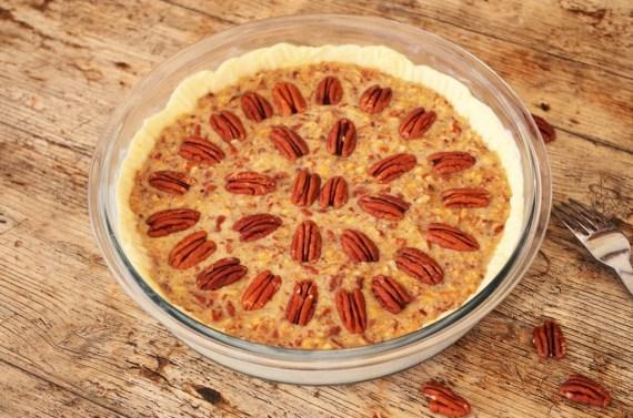 Pecan pie - tarte aux noix de pecan  avant la cuisson - Cuisine américaine  © Recettes d'ici et d'ailleurs