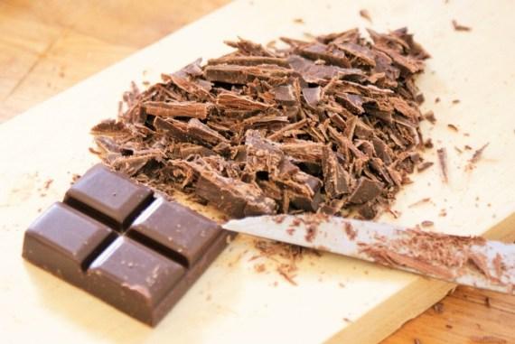 Chocolat râpé au couteau pour la préparation des cookies moelleux au chocolat © Balico & co