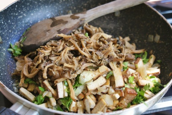 Garniture au tofu fumé, oignons, persil et champignons © Balico & co