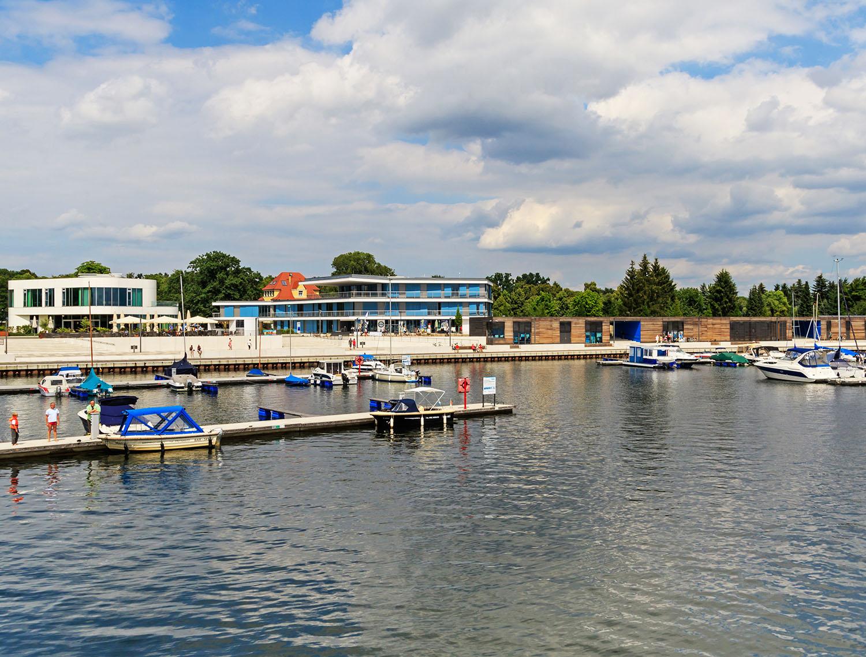 Der Stadthafen am Senftenberger See mit Liegeplätzen für Sportboote und Yachten.