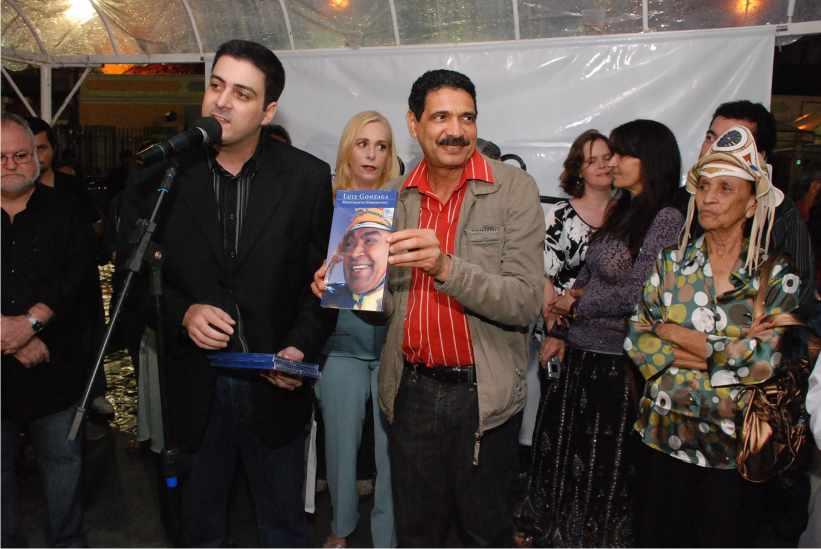 Sandro Luiz (neto de Luiz Gonzaga), entrega presente ao Prefeito João Paulo