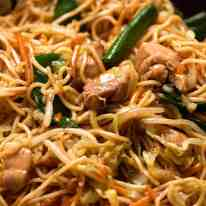 Close up photo of Chow Mein Noodles with chicken and vegetables
