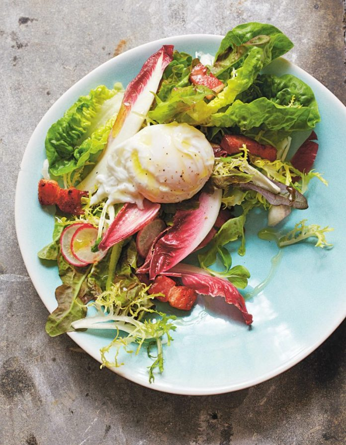 SALAD WITH POACHED EGGS