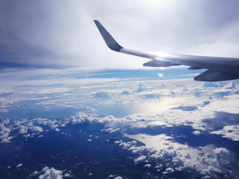 avion que hace un vuelo en semana santa