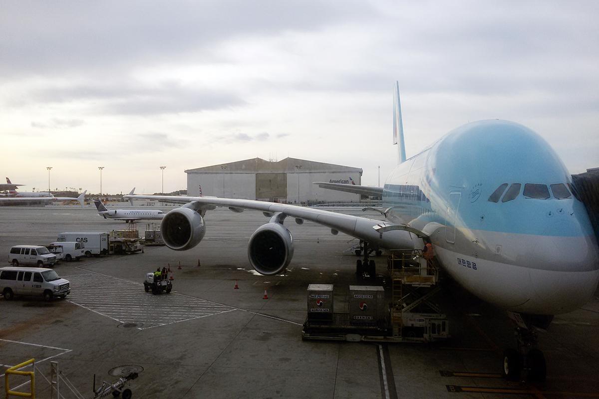 avión que no ha salido aun por culpa de un overbooking en el que los pasajeros no quieren salir. foto de reclamador.es