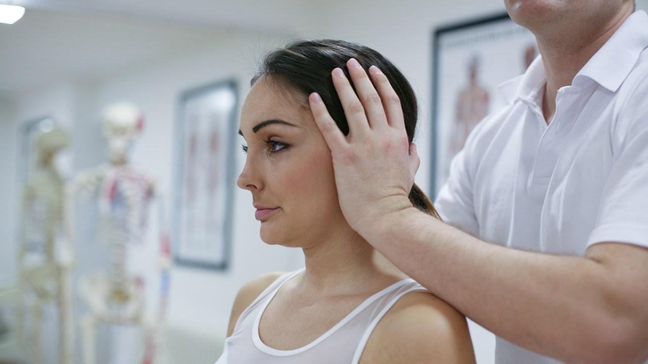 como se quita el dolor de cuello cuando duermes mal