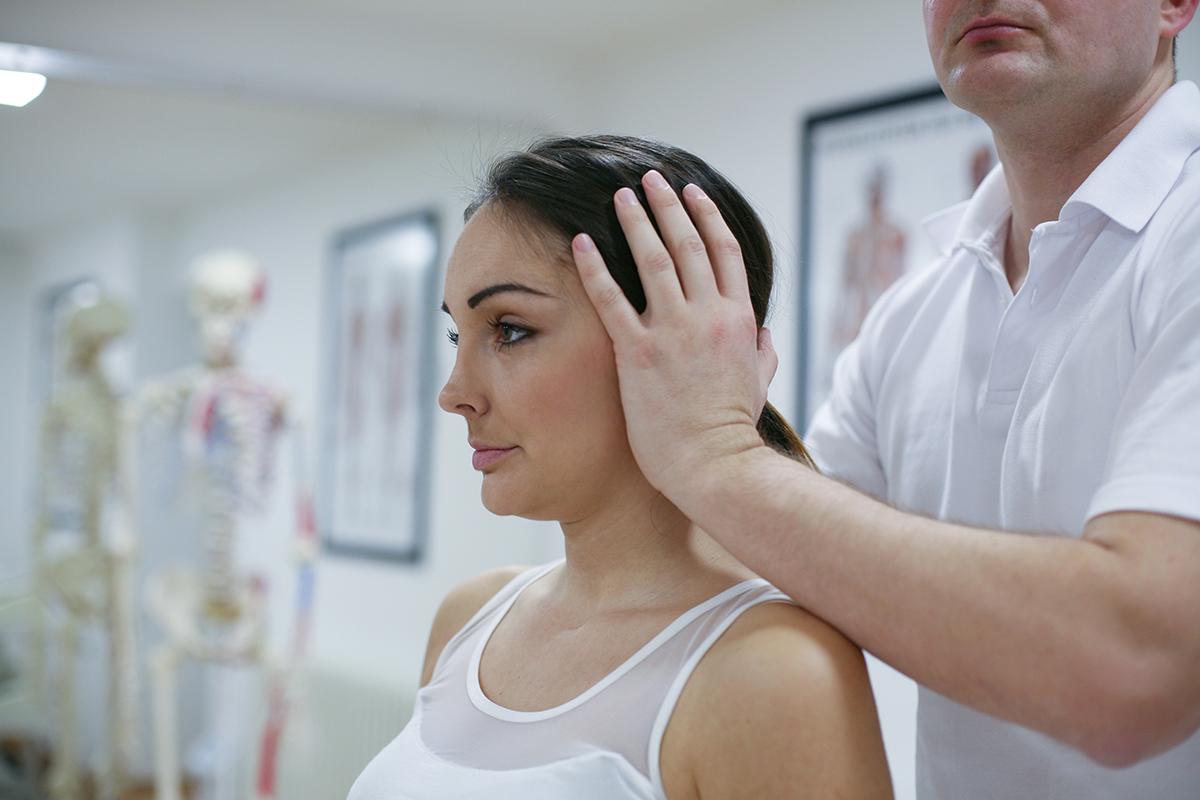 persona en rehabilitación tras latigazo cervical por un accidente