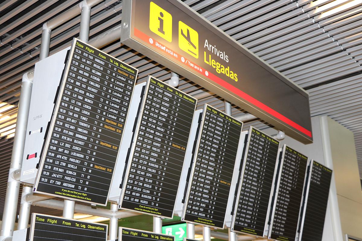 paneles de control donde aparece retrasado el vuelo de Pullmantur