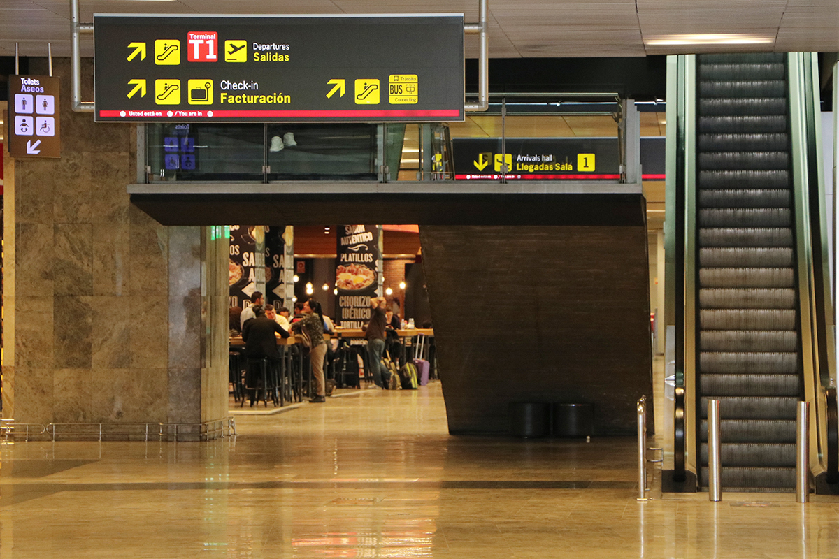 pasillo del aeropuerto que conduce a donde tenía que haber salido un vuelo cancelado de Air France. foto de reclamador.es