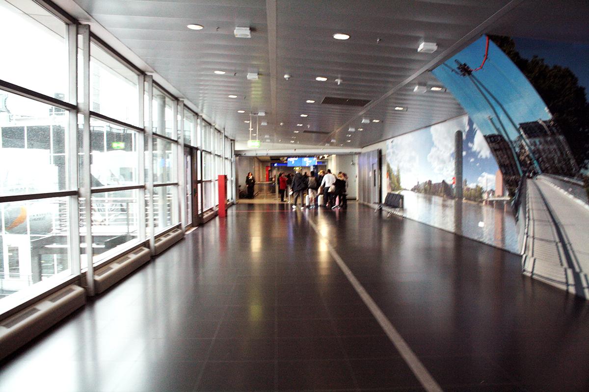 pasillo del aeropuerto donde tenían que embarcar los pasajeros de un vuelo de American Airlines que se ha retrasado. foto de reclamador.es