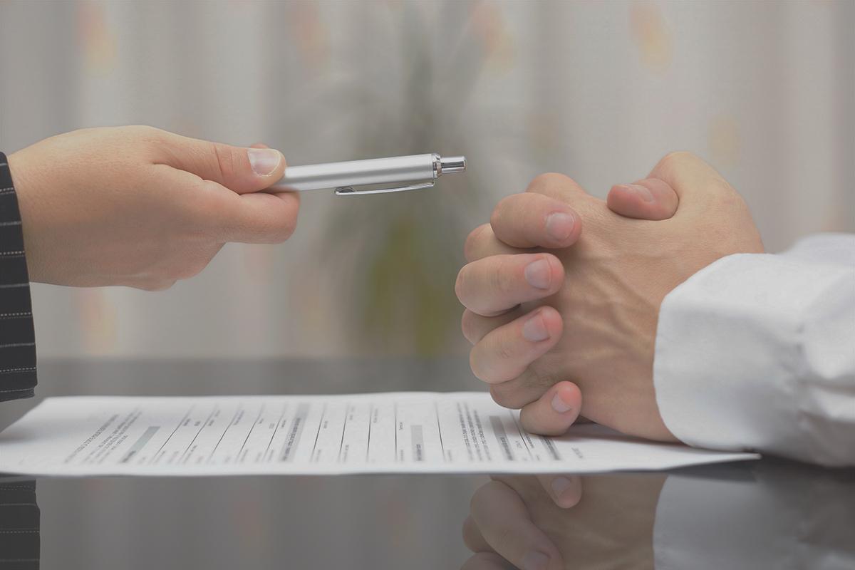 personas conversando ante papeles por un despido procedente. foto de reclamador.es