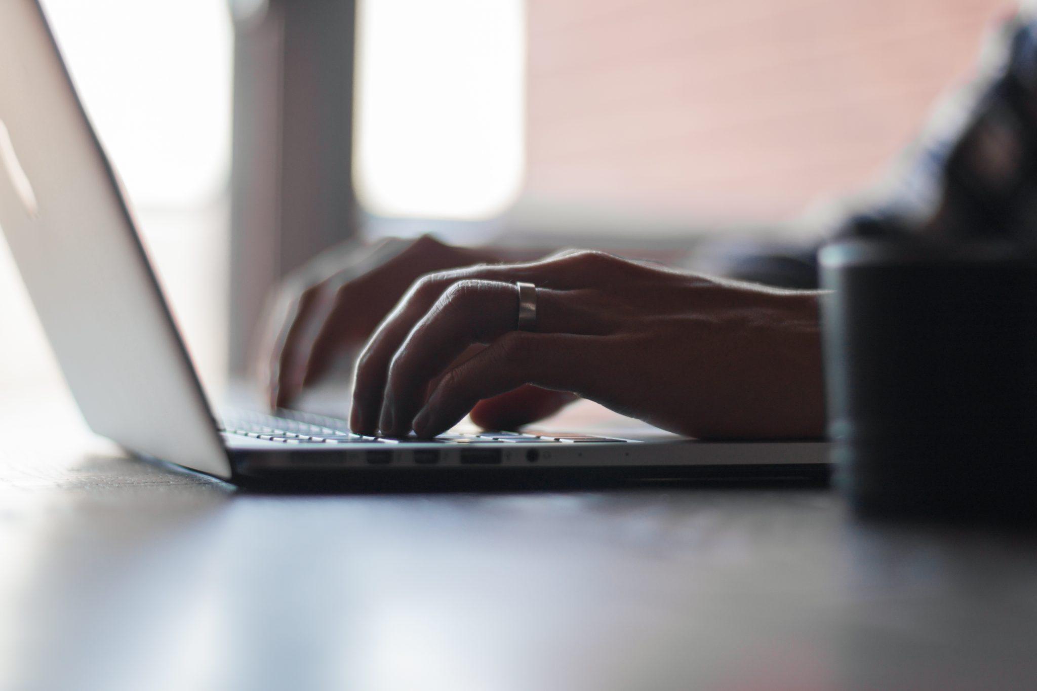 persona buscando en el ordenador las principales causas de reclamaciones laborales. foto de reclamador.es