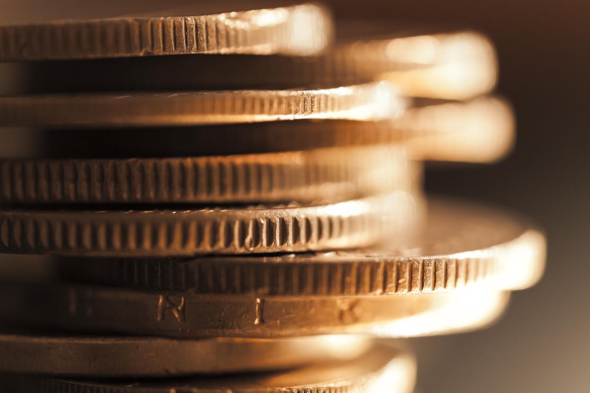 pila de monedas doradas