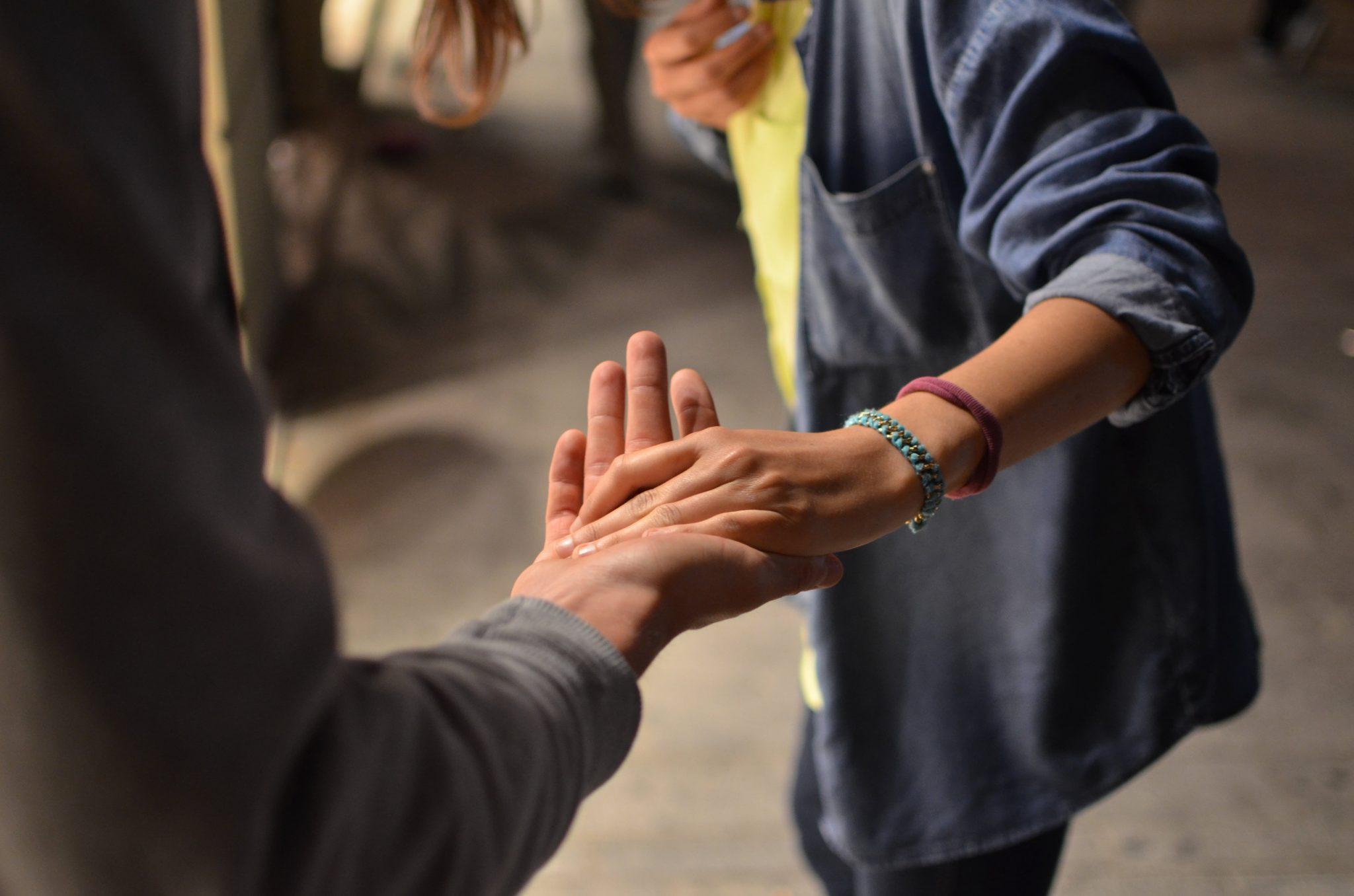 personas estrechando las manos al salir SMAC