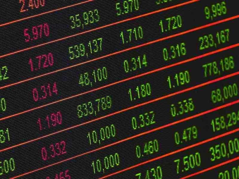 ¿Qué impuestos afectan a la compra y venta de acciones?