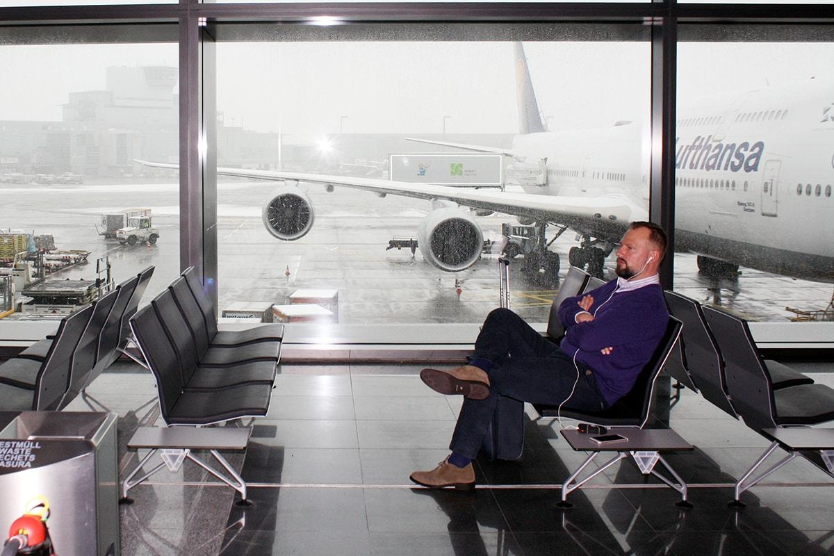 pasajero esperando tras un retraso de su vuelo. Consejos para que no te pase.