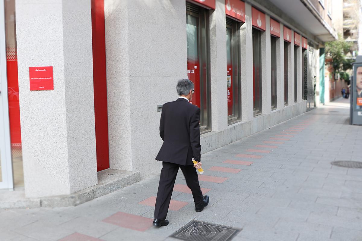 hombre de camino al banco porque ha presentado una demanda colectiva por cláusula suelo
