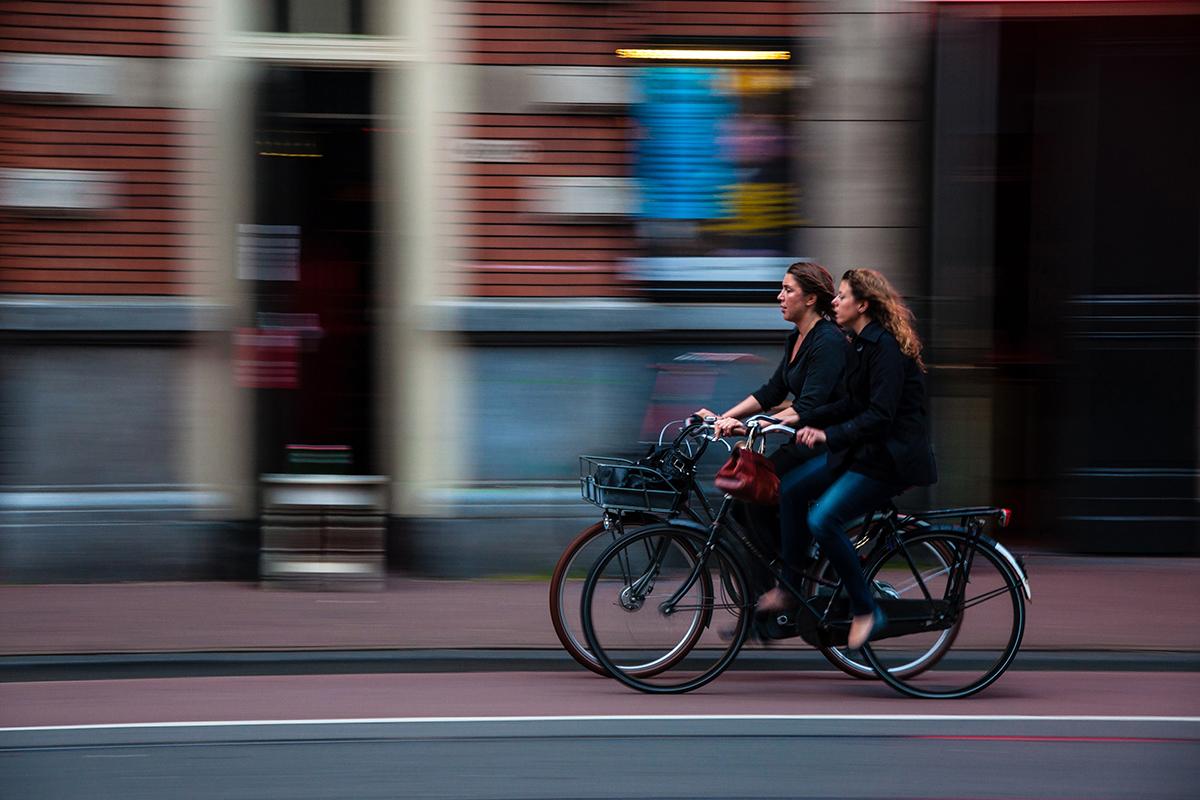 ciclista por la calle tras sufrir un accidente. foto de reclamador.es