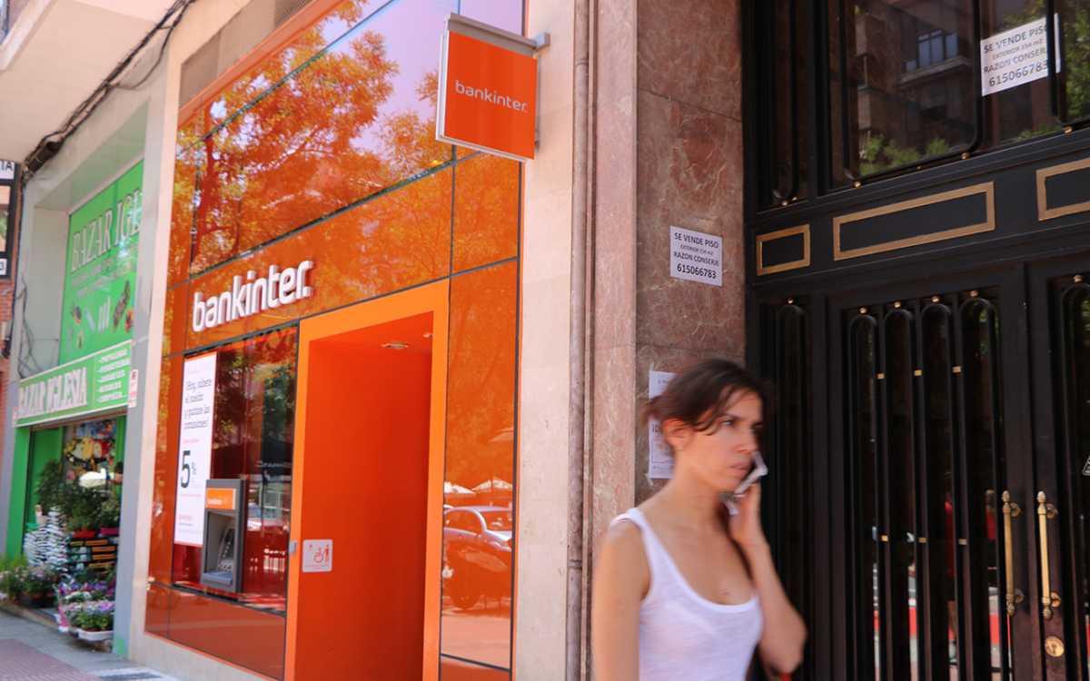 consumidora saliendo de una sucursal de Bankinter tras intentar reclamar su hipoteca multidivisa. foto de reclamador.es, compañía de reclamaciones online