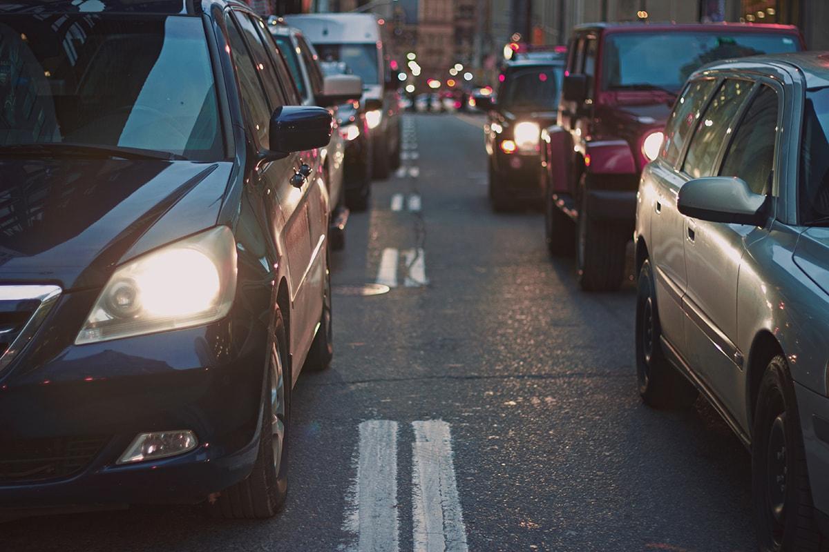coches en operación salida viajando con niños para prevenir accidentes. foto de reclamador.es, compañía online de reclamaciones