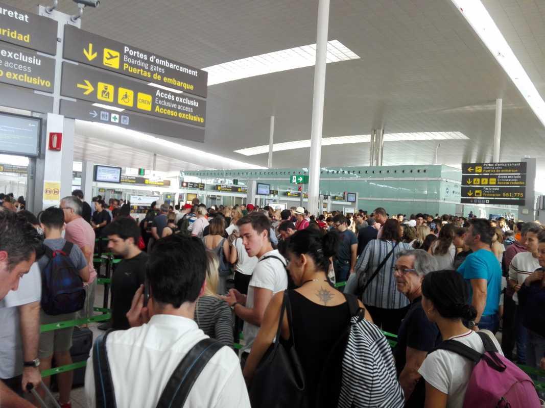 pasajeros haciendo cola en el control de seguridad del aeropuerto del prat por la huelga del prat. foto tomada por reclamador.es, compañía de reclamaciones online