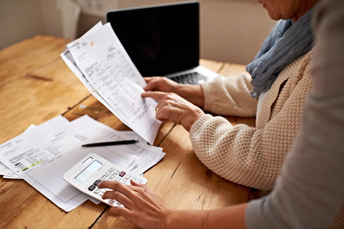 personas haciendo cálculos para saber cuánto le tiene que devolver el banco por los gastos de su hipoteca. foto de reclamador.es, compañía online de reclamaciones