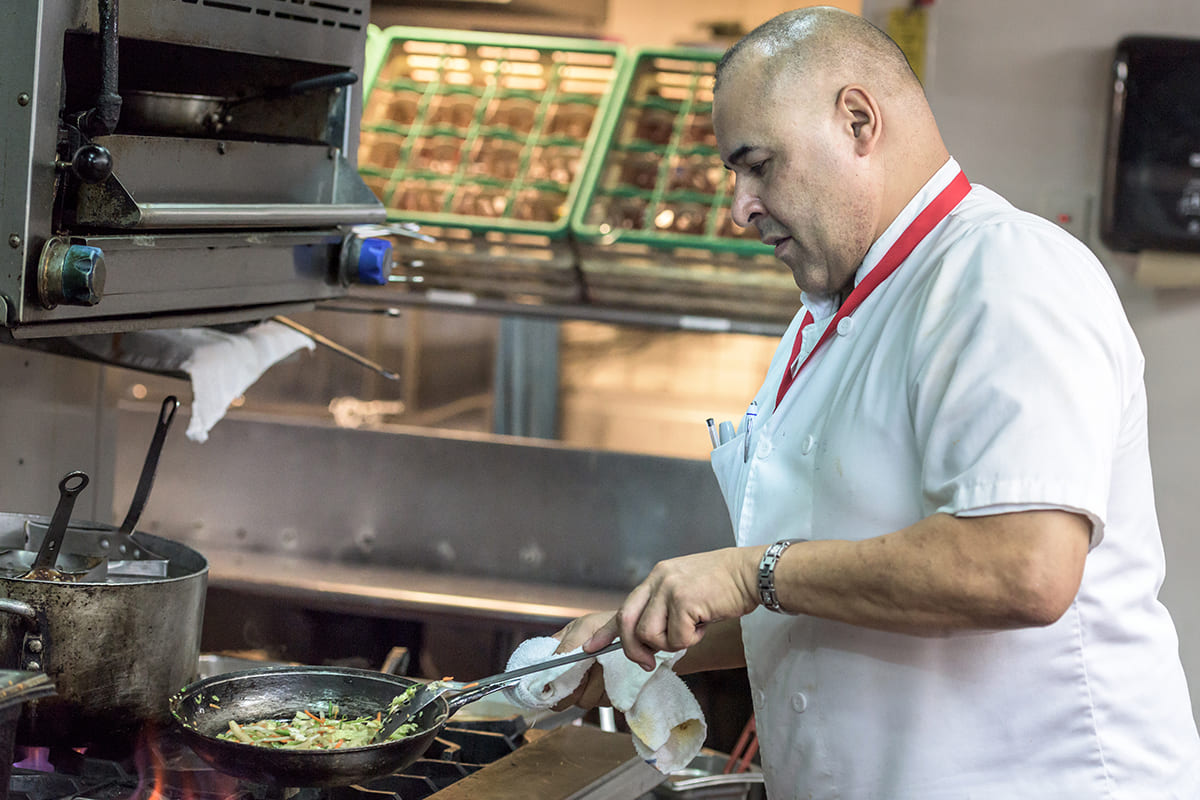 cocinero con convenios colectivos de empresa que empeora sus condiciones laborales. foto de reclamador.es compañía online de reclamaciones