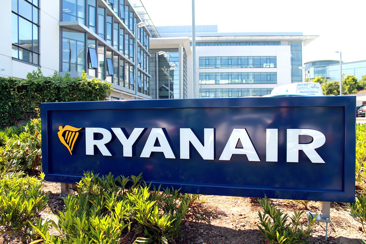 foto del logo de Ryanair en su sede, para ilustrar post sobre sobrecoste en equipaje