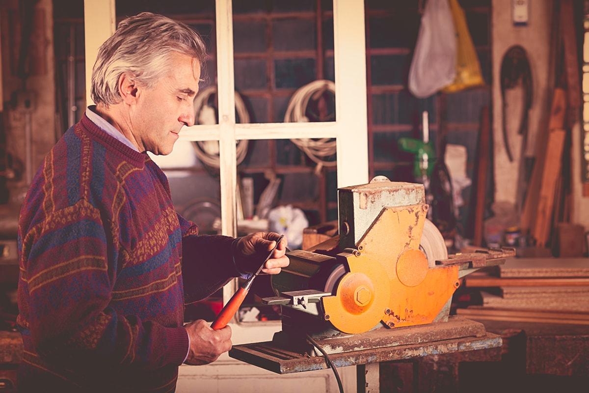 trabajador que conoce las mejoras para autónomos. foto de reclamador.es, compañía online de reclamaciones