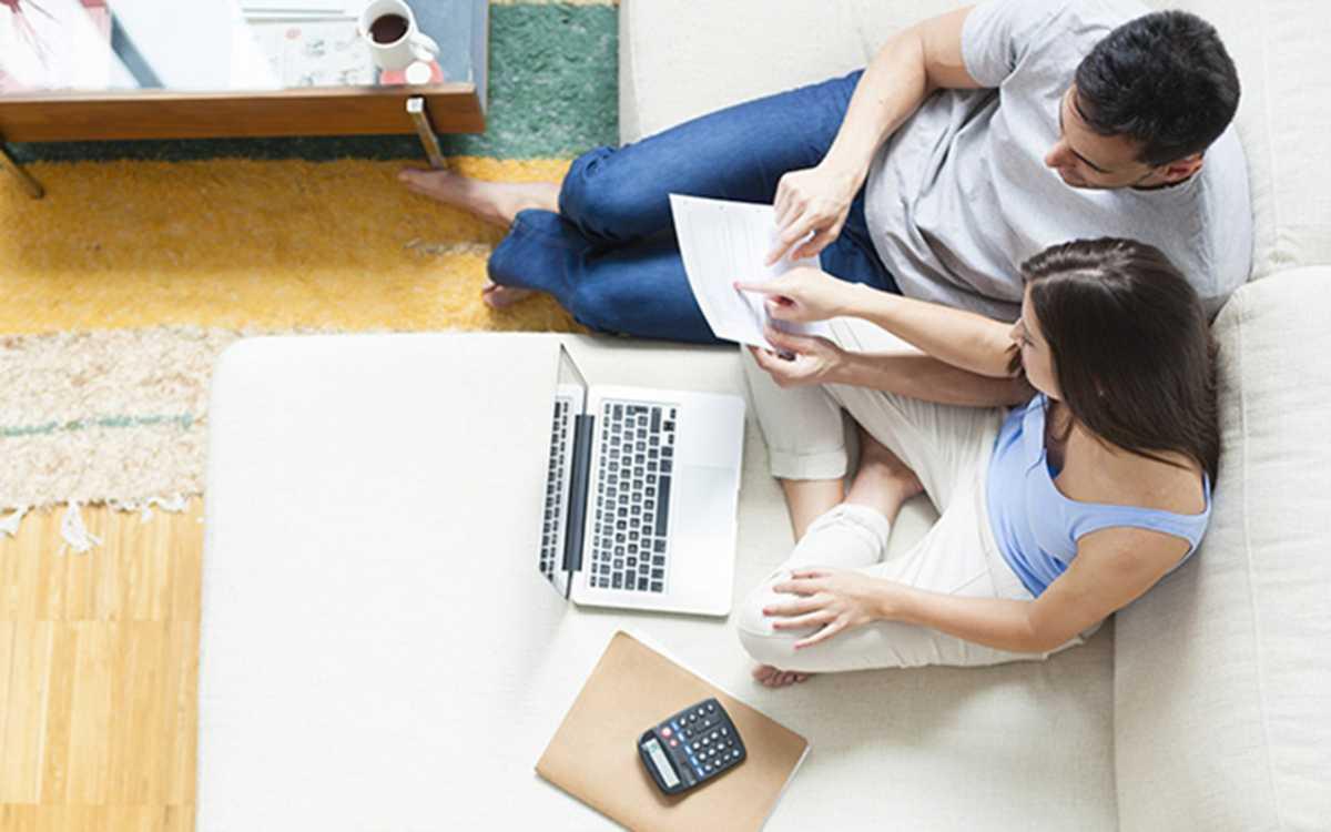 pareja haciendo la declaración de la renta. reclamador.es, compañía online de reclamaciones.