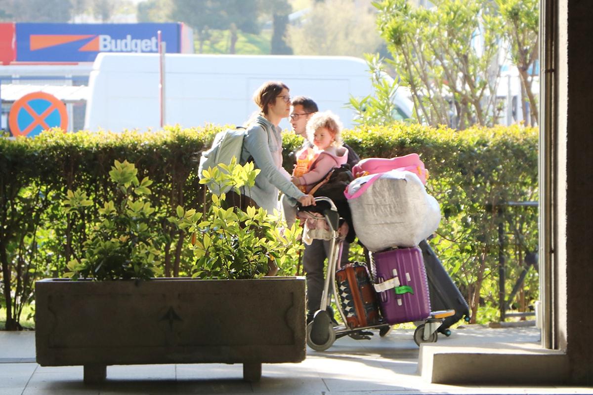 personas con equipaje en el aeropuerto
