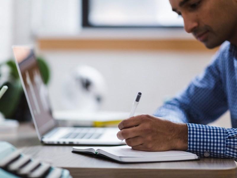 ¿Cómo renovar el permiso de residencia y trabajo por cuenta propia?