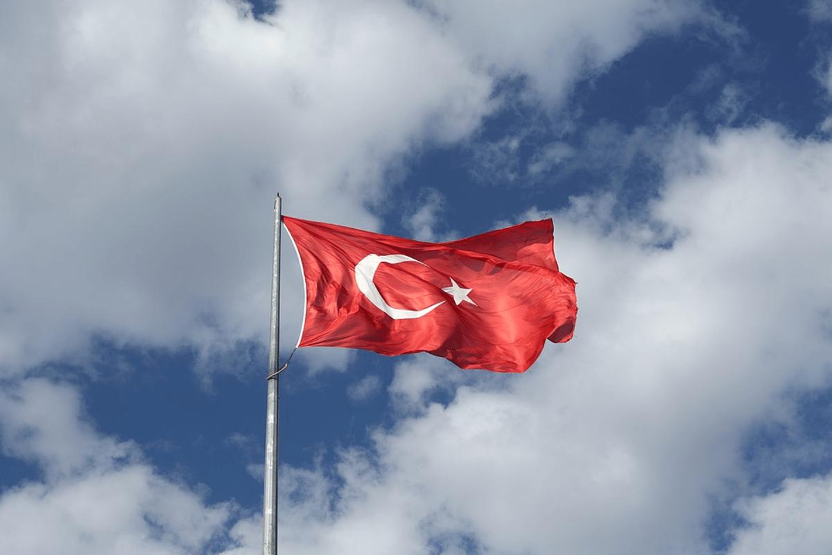 bandera de turquía sobre cielo azul