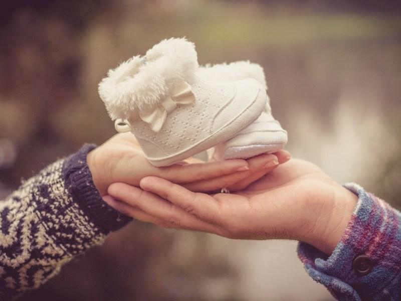 Hacienda ya permite solicitar la devolución del IRPF por maternidad y paternidad de 2016 y 2017