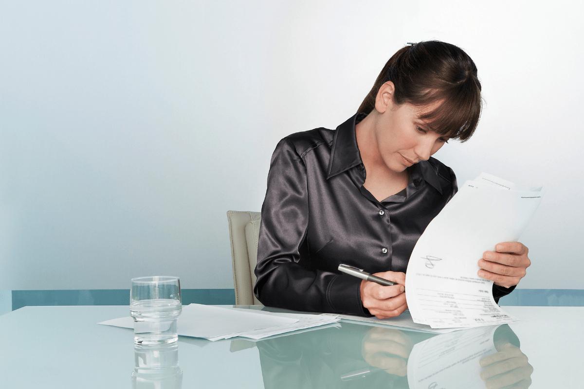 persona firmando contrato de trabajo