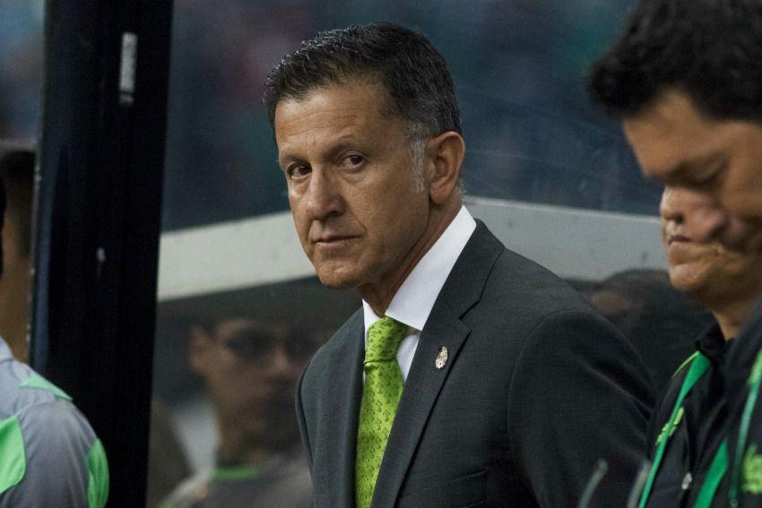 Juan Carlos Osorio observa un partido desde la banca