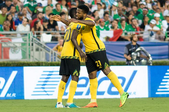Jugadores de Jamaica festejan el gol contra el Tri