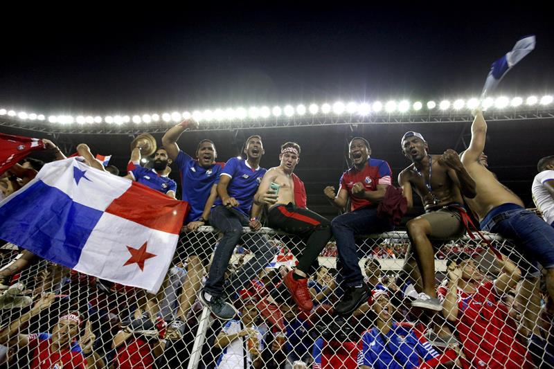 Aficionados panameños celebran en las tribunas