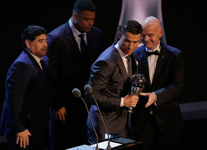 CR7 recibe su segundo premio 'The Best'