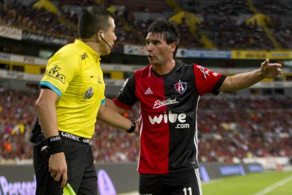 Matías Alustiza reclama al árbitro una jugada
