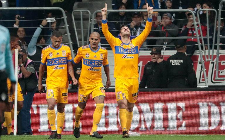 Tigres feteja gol contra Monterrey en el BBVA Bancomer