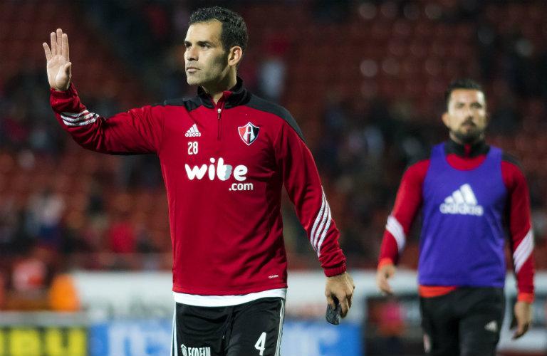 Rafa Márquez saluda a su afición en el duelo contra Tijuana