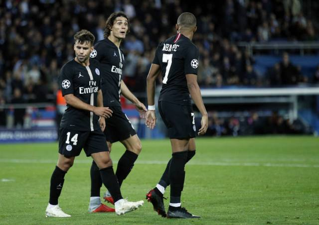Bernat, Cavani y Mbappé durante un partido del PSG
