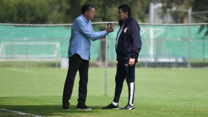 Ricardo Pelaez and Luis Fernando Tena speaking in training